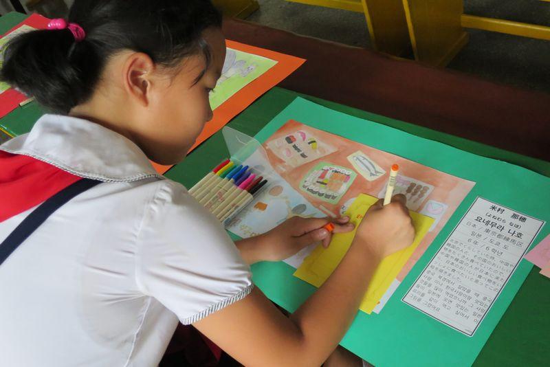 2015年8月日本のともだちにメッセージを書く平壌の小学生
