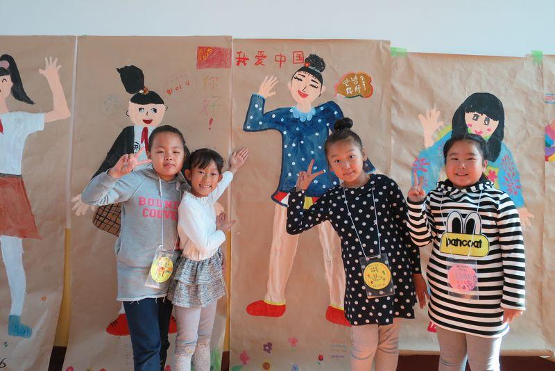 2015年10月中国・朝鮮自治州のこどもたちが制作した等身大自画像には中国語も!